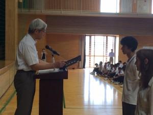 終業式で校長から修了証を受け取る特別聴講生